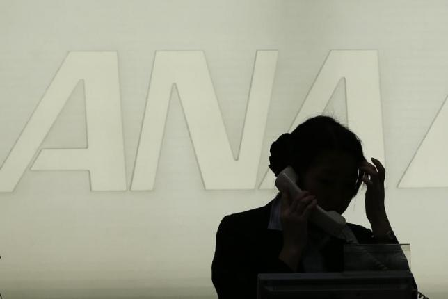 3月30日、ANAホールディングス(ANAHD)傘下の全日本空輸は30日、22日に発生したシステム不具合を踏まえ、30日付で役員の報酬減額処分を実施したと発表した。全日空の篠辺修社長を1カ月20%、内薗幸一副社長と幸重孝典執行役員を10%の減額とした。写真は都内で2013年1月撮影(2016年 ロイター/Toru Hanai)